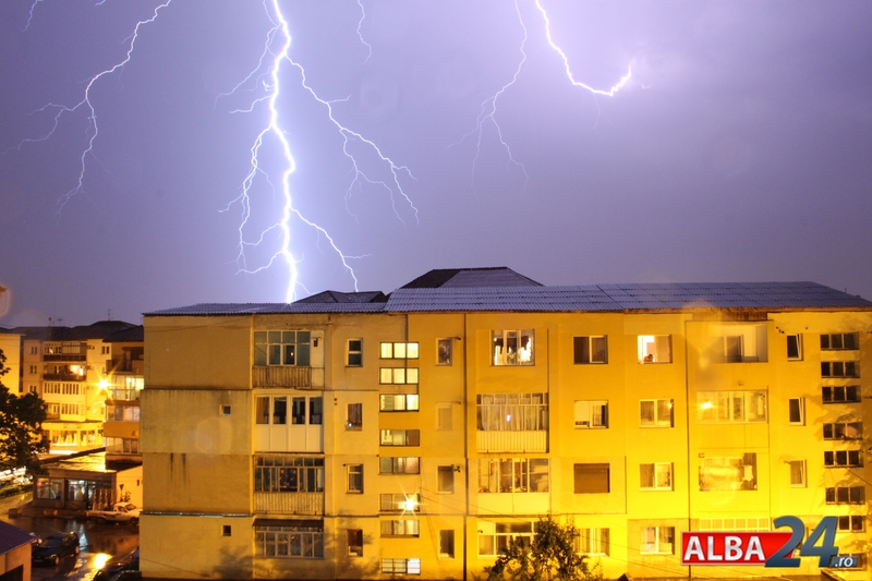 furtuna-noapte-blocuri-fulgere